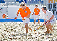 SCHEVENINGEN - Bloemendaal -speler Olmer Meijer. Beachhockey in The Hague Beach Stadion. Foto Koen Suyk