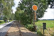 Nederland, Duitsland, Groesbeek, Kranenburg 14-8-2015Het omstreden snelfietspad van Groesbeek naar Kranenburg  langs het oude spoorlijntje van Nijmegen naar Kleef bij de grens met Duitsland. WMG en RAVON verzetten zich al lang tegen het verharde fietspad door de spoorkuil. Een betonnen fietspad is slecht voor de overlevingskansen van gladde slang, zandhagedis en hazelworm, stelde de werkgroep. Een verhard fietspad op die locatie doorkruist het leefgebied van beschermde reptielen en zij worden mogelijk doodgereden door fietsers. Het fietspad is een gezamelijk project, een snelle fietsverbinding tussen Groesbeek en het treinstation van Kleef. Over de rails kan men per draisine van Groesbeek naar Kranenburg trappen.FOTO: FLIP FRANSSEN/ HOLLANDSE HOOGTE