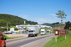 Trânsito na RST-470. O trânsito é lento e o perigo de acidentes maior, por causa da alta concentração de veículos neste ponto em Bento Gonçalves-RS onde a faixa requer duplicação. FOTO: Jefferson Bernardes/Preview.com
