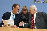 21 JUN 2002, BERLIN/GERMANY:<br /> Friedrich Merz (L), CDU, CDU/CSU Fraktionsvorsitzender, Angela Merkel (M), CDU Bundesvorsitzende, und Edmund Stoiber (R), CSU, Ministerpraesident Bayern und CDU/CSU Kanzlerkandidat, im Gespraech, nach einer Pressekonferenz zur Vorstellung von Merz als neues Mitglied des CDU/CSU Kompetenzteams, Wahlkampfteams, Bundespressekonferenz<br /> IMAGE: 20020621-01-033<br /> KEYWORDS: Schattenkabinett, Ministerpräsident, Gespräch<br /> Spitzenkandidat