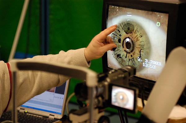 Nederland, Nijmegen, 2-3-2003..Iriscopie op een paranormaal beurs...New age, bijgeloof, alternatieve geneeskunde..kwakzalverij, suggestie, gezondheid..Foto: Flip Franssen