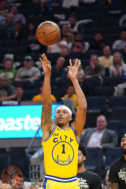 February 27, 2020; San Francisco, California, USA; Golden State Warriors guard Damion Lee (1) shoots the basketball against the Los Angeles Lakers during the third quarter at Chase Center.