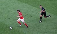 BILDET INNGÅR IKKE I FASTAVTALER. ALL NEDLASTING BLIR FAKTURERT.<br /> <br /> Fotball<br /> Foto: imago/Digitalsport<br /> NORWAY ONLY<br /> <br /> Gareth Bale of Wales chased by referee Svein Oddvar Moen from Norway during the UEFA EURO EM Europameisterschaft Nationalteam Fussball 2016 Group B match played between Wales and Slovakia at Bordeaux Stadium , France on June 11th 2016 Football - UEFA European Championships 2016 Group Stage Group B Wales v Slovakia Nouveau Stade de Bordeaux, Bordeaux, France 11 June 2016