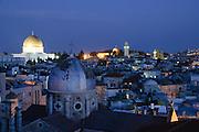 Jerusalem, Blick über die Altstadt, Armenische Kirche im Vordergrund, Felsendom bei Dämmerung, Israel.|.Jerusalem, view over Old City, Armenian Church and Dome of Rocks at dusk, Israel.