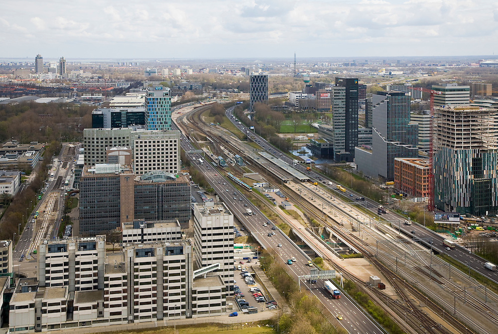 Nederland, Amsterdam, Zuidas, 16-04-2008; het hart van de Zuidas, autosnelweg A10 zuid, onderdeel van de ring de ring A10, gezien naar de oosten;.links van de snelweg in de voorgrond het gerechtshof (rechtbank) aan de Parnassusweg, daarachter het Atrium en het WTC, rechts Mahler 4 en daarachter het hoofkantoor van de ABN-AMRO; links aan de horizon Breitner en Rembrandtoren bij Amstelstation - met hoofdkantoor Philips;..luchtfoto (toeslag); aerial photo (additional fee required); .foto Siebe Swart / photo Siebe Swart