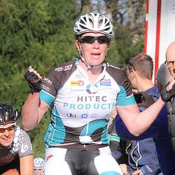 APELDOORN (NED) wielrennen De vijftigste ronde van Apeldoorn werd verreden onder te mooie weersomstandigheden. In het Ordenbos eindigde de wedstrijd in een massasprint. Kirsten Wild was de sterkste in de sprint in het Orderbos en pakt haar derde overwinning in deze wedstrijd