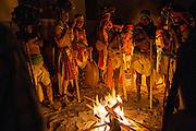 Un grupo de danzantes rodean una fogata para soportar el frío de la madrugada en los días de festejo en la Semana Santa en Norogachi, México, el 9 de abril de 2009.