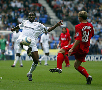 Photo. Andrew Unwin.<br /> Bolton Wanderers v Liverpool, Barclays Premiership, Reebok Stadium, Bolton 29/08/2004.<br /> Bolton's Jay Jay Okocha (L) looks to control the ball as Liverpool's Steve Warnock (R) closes in<br /> NORWAY ONLY