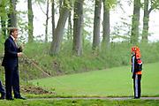 """Koning Willem Alexander opent Koningsspelen in Ens van de drie basisscholen Het Lichtschip, De Horizon en De Regenboog in Ens. Het gaat om een dag vol bewegen voor kinderen, die wordt voorafgegaan door een feestelijk Koningsontbijt.<br /> <br /> King Willem Alexander opens the """" King Games"""" in the town Ens. It is a day of exercise for children, which is preceded by a festive King Breakfast.<br /> <br /> Op de foto / On the photo:  Koning Willem Alexander helpt met touwtje springen tijdens de Koningsspelen  //// King William Alexander helps with jumping rope during King Games"""