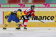Tristan Scherwey (SUI) gegen Linus Klasen (SWE) im Testspiel zwischen der Schweiz und Schweden, am Mittwoch, 09. April 2014, in der Diners Club Arena Rapperswil-Jona. (Thomas Oswald)