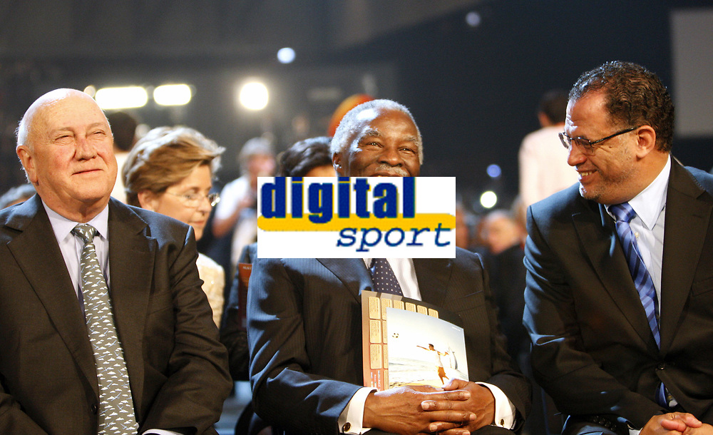 FOOTBALL - MISCS - WORLD CUP 2010 - FINAL DRAW - 4/12/2009 - PHOTO ANDREW BOYERS / ACTION IMAGES / DPPI - <br /> EX SOUTH AFRICA PRESIDENT FREDERIK DE KLERCK AND THABO MBEKI WITH LOCAL ORGANISING COMMITTEE CHAIRMAN DANNY JORDAN - AMBIANCE - PORTRAIT