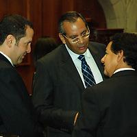 Toluca, Mex.- Los cordinadores de las fracciones parlamentarias del PRI, PAN y PRD Eruviel Avila, Francisco Garate Chapa e Higinio Martinez en la LVI legislatura,  dialogan sobre las acciones en contra de los funcionarios que incurran en malos manejos de las finanzas. Agencia MVT / Jose Hernandez. (DIGITAL)<br /> <br /> <br /> <br /> NO ARCHIVAR - NO ARCHIVE