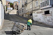Spanje, Burgos, 6-5-2010Straatveger in een wijk van Cordoba. In Spanje gaat het slecht met de economie en het financiele systeem. 20% Werkeloosheid en spaarbanken die in de problemen zijn gekomen. Men wil niet met Griekenland vergeleken worden, maar de tekenen voorspellen niet veel goeds.Posters which call for a demonstration against unemployment and the policies of the government. In Spain the economy and financial system is in bad shape. 20% Unemployment and savings banks that have come into trouble. They do not want to be compared with Greece, but the signs do not predict much good.Foto: Flip Franssen/Hollandse Hoogte