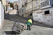 Spanje, Burgos, 6-5-2010Straatveger in een wijk van Cordoba. In Spanje gaat het slecht met de economie en het financiele systeem. 20% Werkeloosheid en spaarbanken die in de problemen zijn gekomen. Men wil niet met Griekenland vergeleken worden, maar de tekenen voorspellen niet veel goeds.Posters which call for a demonstration against unemployment and the policies of the government. In Spain the economy and financial system is in bad shape. 20% Unemployment and savings banks that have come into trouble. They do not want to be compared with Greece, but the signs do not predict much good.Foto: Flip Franssen/Hollandse Hoogte