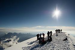 THEMENBILD - Bergsteiger am Gipfel des Mont Blanc. Der Mont Blanc ist mit 4810 m Höhe der höchste Berg der Alpen und der Europäischen Union. Aufgenommen am 07.08.2018 in Chamonix, Frankreich // Mountaineers on the summit of Mont Blanc. Mont Blanc (4810m) is the highest Mountain of the Alps and the European Union. Chamonix, France on 2018/08/07. EXPA Pictures © 2018, PhotoCredit: EXPA/ Michael Gruber