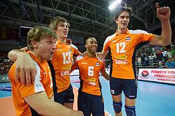 01-07-2012 VOLLEYBAL: EUROPEAN LEAGUE TURKIJE - NEDERLAND: ANKARA<br /> Nederland wint de European League 2012 door Turkije met 3-2 te verslaan / <br /> Jelte Maan (#5 NED), Maarten van Garderen (#13 NED), Tony Krolis (#6 NED), Wytze Kooistra (#12 NED)<br /> ©2012-FotoHoogendoorn.nl/Conny Kurth
