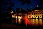De hofvijver en het Binnenhof bij avond, Den Haag