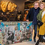 NLD/Amsterdam/20190311 - Wesly Bronkhorst verrast met schilderij, met partner Esmee en moeder