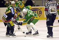 Dan O'Connell, Trondheim og Tom Cato Myhre, Mangelrud/Star. Dropp.  Ishockey. Eliteserien 2001/02. Bonuskamp. Manglerud/Star-Trondheim 3-4. (Foto: Peter Tubaas/Digitalsport)