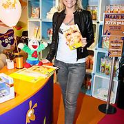 NLD/Amsterdam/20100218 - Presentatie boekje Vivienne Ewbank door Tanja Jess , Tanja Jess ambasadrice Stichting Dream4Kids