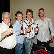 NLD/Hilversum/20061003 - 1e Tryout concert Rene Froger, Rene krijgt 1e kratje Dommelsch bier overhandigd met zijn beeltenis