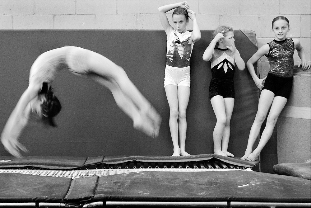 Netherlands. Amstelveen, 06-06-2005. Photo: Patrick Post. Gymnastic Club Fit and Training. Vera van der Heijde rotates on its axis while others watch carefully and do their hair.