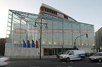 """15 JAN 2002, BERLIN/GERMANY:<br /> Bundesgeschaeftsstelle der CDU, Konrad-Adenauer-Haus, mit dem grossflaechig ueber die gesammte Gebaeudefassade angebrachten Frage """"Wie viele Arbeitslose noch, Herr Schroeder?""""<br /> IMAGE: 20020115-03-002<br /> KEYWORDS: Gebäude, Haus, Bundesgeschäftsstelle, Werbung, promotion, Plakat, bill"""