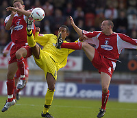Fotball<br /> Foto: SBI/Digitalsport<br /> NORWAY ONLY<br /> <br /> Leyton Orient v Bury<br /> Coca-Cola League Two<br /> 09/10/2004<br /> <br /> Dwayne Mattis is the meat in the sandwich for Bury.