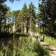 NLD/Wassenaar/20050717 - Fotosessie prins Willem - Alexander, prinses Maxima, Amalia en Alexia, landgoed de Horsten, woning, fotografen door het bos terug