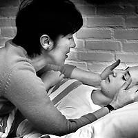 Nederland. Breda. 23 maart 2001..Gilles de la Tourette patienten hebben vaak last van verlatingsangst en slapen  moeilijk in. Moeder brengt zoon naar bed. Ziekte.