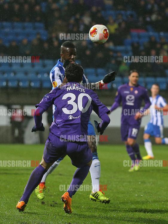 Davidson Drobo-Ampem (Esbjerg) header væk foran Ryder Matos (Fiorentina).