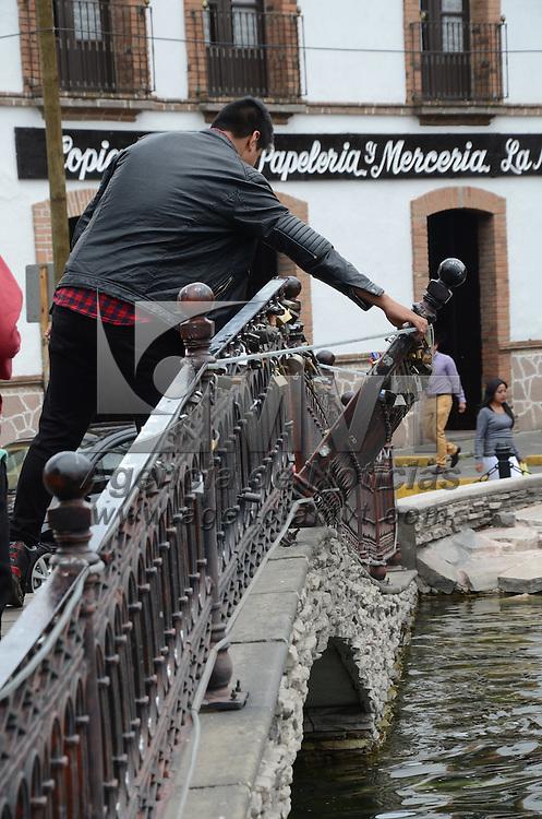 Metepec, México (Abril 24, 2016).- Un tramo de barandal en el puente de la plaza Benito Juárez se enuentra a punto de caer, representando un peligro para los paseantes y turistas que transitan por el pueblo Mágico de Metepec. Agencia MVT / Arturo Hernández.