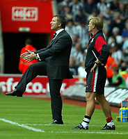 Photo. Chris Ratcliffe. <br /> Southampton v Newcastle United. Barclays Premiership. 19/09/2004<br /> Newcastle manager Graeme Souness gets his point across<br /> NORWAY ONLY