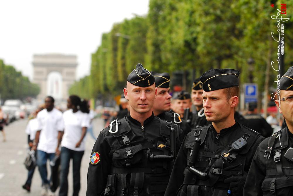 Sécurisation par un escadron de Gendarmerie Mobile de l'arrivée sur les Champs Elysées de l'équipe de France de Handball à la suite de leur victoire aux Jeux Olympiques.<br /> Suivi de l'attente dans les irisbus, de l'organisation avec le représentant de la Préfecture de Police de Paris, puis de la sécurisation du périmètre avec l'arrivée des sportifs.<br /> Août 2008 / Paris (75) / FRANCE<br /> Cliquez ci-dessous pour voir le reportage complet (60 photos) en accès réservé <br /> http://sandrachenugodefroy.photoshelter.com/gallery/2008-08-EGM-securisant-les-Champs-Elysees/G0000OklbMfMqe0s/