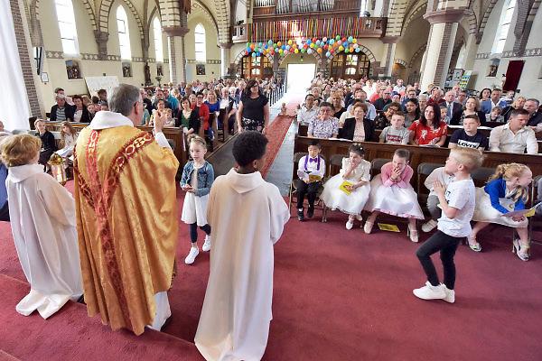 Nederland, The Netherlands, 22-4-2018In de Antoniuskerk van Millingen aan de Rijn wordt aan 19 kinderen de eerste communie uitgereikt. Het is in de katholieke kerk een feestelijke gebeurtenis vlak na Pasen . De kinderen zijn 7 jaar en krijgen voor het eerst een hostie .Foto: Flip Franssen