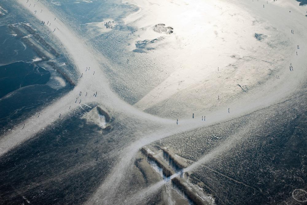 Nederland, Noord-Holland, Naarden, 10-01-2009; schaatsers op de ijsvlaktes van het bevroren Naardermeer; ice skaters on the frozen Naardermeer, the oldest Dutch nature preserve; schaats, schaatsen, ijs, ijspret, pret, toer, toertocht, ijsbaan, natuurijs, schaatsen rijden, winter, koud, vriezen, min nul, beneden nul, koud, celsius, skating, ice skating, ice, fun, skating rink, natural, skate, snow, cold, freezing, minus zero, below zero, cold, winterlandschap, winter landscape;.een van de bekenste natuurreservaten van Nederland, bezit van de Vereniging voor Natuurmonumenten (grondlegger Jac. P. Thijsse); natuurreservaat; Nature reserve Naardermeer (Naarder lake), the area is a bird sanctuary and the oldest Dutch nature preserve; wetland, wetlands, marshland, marshlands .luchtfoto (toeslag); aerial photo (additional fee required); .foto Siebe Swart / photo Siebe Swart