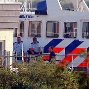 Koninging Beatrix gaat varen met de Groene Draeck, politieboot P32 wachtend, beveiliging,