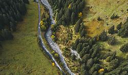 THEMENBILD - Vogelperspektive auf den Wanderweg mit der Lanschaft beim Talschluss, aufgenommen am 13. Oktober 2019 in Hinterglemm, Oesterreich // Bird's-eye view of the hiking trail with the countryside at the end of the valley in Hinterglemm, Austria on 2019/10/13. EXPA Pictures © 2019, PhotoCredit: EXPA/ JFK