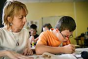 Auxilliaire de vie scolaire, (AVS) accompagnant un jeune handicape dans une classe ordinaire du college de Brou a Bourg-en-Bresse  //  Integrated tutoring help, accompanying a handicapped youth in an ordinary middle school class of Brou in Bourg-en-Bresse