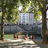 Un weekend estival ensoleillé à Paris. Le moment idéal pour prendre l'apéro au bord de la Seine.<br /> <br /> A sunny summery weekend in Paris. The perfect moment to enjoy apéro by river Seine.