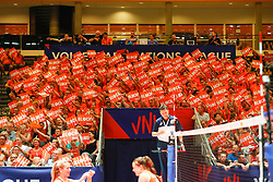 20180529 NED: Volleyball Nations League Netherlands - Poland, Apeldoorn<br />Dutch spectators celebrate a blockpoint<br />©2018-FotoHoogendoorn.nl