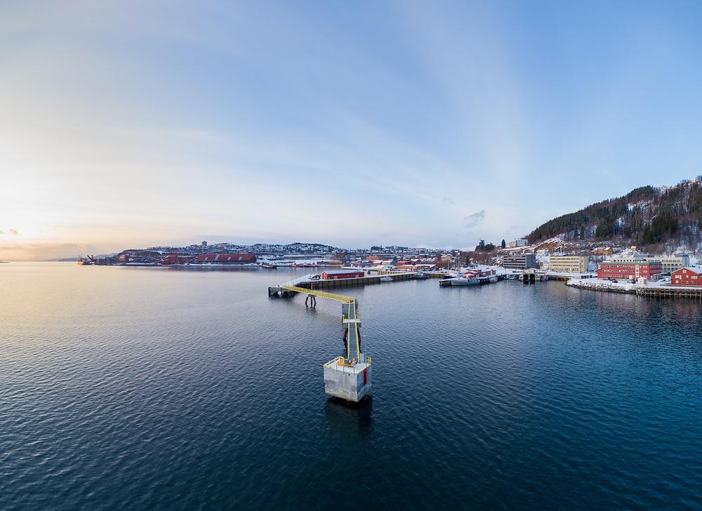 Flerbrukskai i Narvik med havn og by i bakgrunnen.