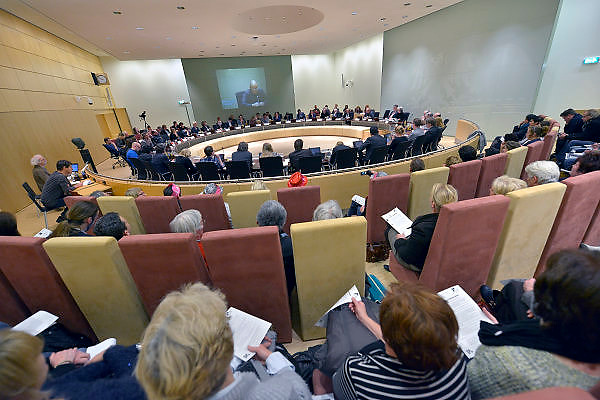 Nederland, Nijmegen, 11-2-2015Medewerkers van zorginsteling. thuiszorginstelling, Verian protesteren tijdens de gemeenteraadsvergadering. Zij zijn er ook om een motie van de SP kracht bij te zetten waarin de gemeenteraad wordt opgeroepen het signaal af te geven om de loonkorting te voorkomen, en om andere gemeenten in het werkgebied van Verian op te roepen de bezuinigingen op de thuiszorg te herroepen. In Apeldoorn was een personeelsbijeenkomst georganiseerd door de directie van het zorgbedrijf.FOTO: FLIP FRANSSEN/ HOLLANDSE HOOGTE