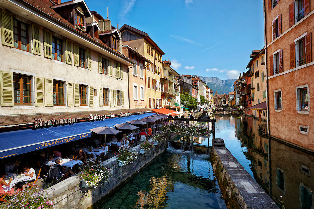 View of the Auberge du Lyonnais Hôtel/Restaurant and other buildings along the Thiou Canal, old town section of Annecy, France.