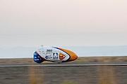 De VeloX4 is onderweg tijdens de record race. Het Human Power Team Delft en Amsterdam (HPT), dat bestaat uit studenten van de TU Delft en de VU Amsterdam, is in Amerika om te proberen het record snelfietsen te verbreken. Momenteel zijn zij recordhouder, in 2013 reed Sebastiaan Bowier 133,78 km/h in de VeloX3. In Battle Mountain (Nevada) wordt ieder jaar de World Human Powered Speed Challenge gehouden. Tijdens deze wedstrijd wordt geprobeerd zo hard mogelijk te fietsen op pure menskracht. Ze halen snelheden tot 133 km/h. De deelnemers bestaan zowel uit teams van universiteiten als uit hobbyisten. Met de gestroomlijnde fietsen willen ze laten zien wat mogelijk is met menskracht. De speciale ligfietsen kunnen gezien worden als de Formule 1 van het fietsen. De kennis die wordt opgedaan wordt ook gebruikt om duurzaam vervoer verder te ontwikkelen.<br /> <br /> The VeloX4 is on its way. The Human Power Team Delft and Amsterdam, a team by students of the TU Delft and the VU Amsterdam, is in America to set a new  world record speed cycling. I 2013 the team broke the record, Sebastiaan Bowier rode 133,78 km/h (83,13 mph) with the VeloX3. In Battle Mountain (Nevada) each year the World Human Powered Speed Challenge is held. During this race they try to ride on pure manpower as hard as possible. Speeds up to 133 km/h are reached. The participants consist of both teams from universities and from hobbyists. With the sleek bikes they want to show what is possible with human power. The special recumbent bicycles can be seen as the Formula 1 of the bicycle. The knowledge gained is also used to develop sustainable transport.