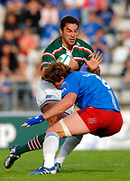 Photo: Henry Browne.<br /> Stade Francais v Leicester Tigers. Heineken Cup.<br /> 29/10/2005.<br /> Daryl Gibson of Tigers gets tackled by Shaun Sowerby of Stade.