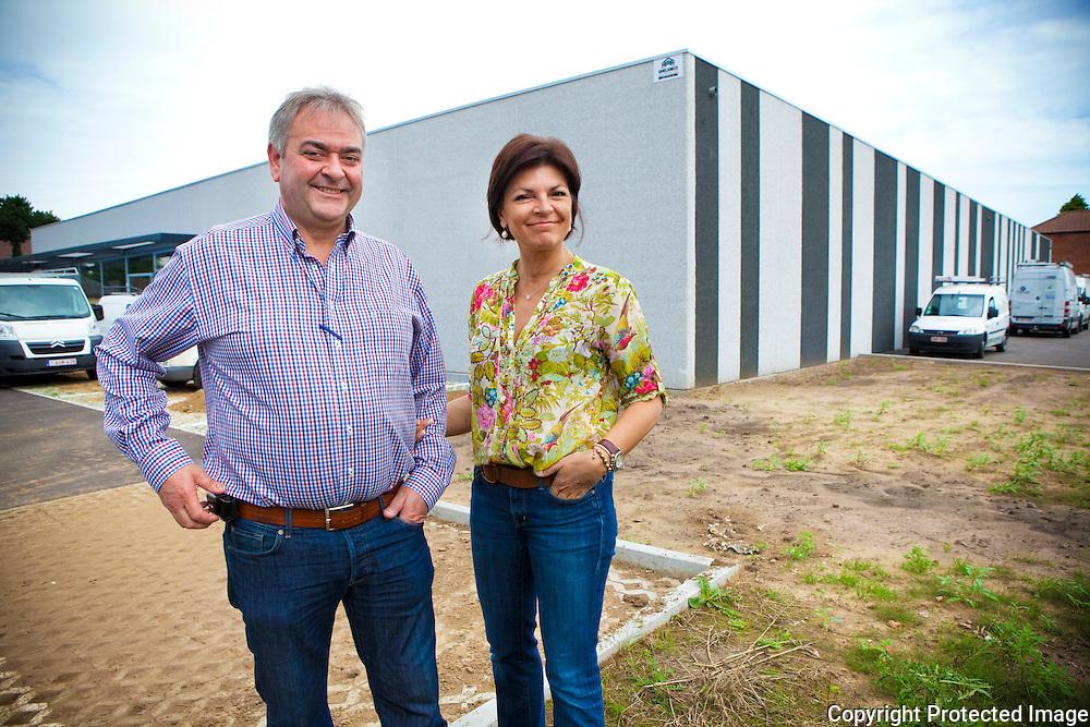 362033-Paul en Katrien Krieckemans voor hun Delhaize (in opbouw) langs de Itegemsesteenweg in Herenthout