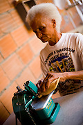Mariana_MG, Brasil...Artesa fazendo artesanato com bucha vegetal...A woman doing crafts with loofahs...Foto: LEO DRUMOND / NITRO.