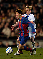 Photo. Jed Wee.<br /> FC Barcelona v Chelsea, UEFA Champions League, 23/02/2005.<br /> Chelsea's Damien Duff (R) tries to dispossess Barcelona's Deco.