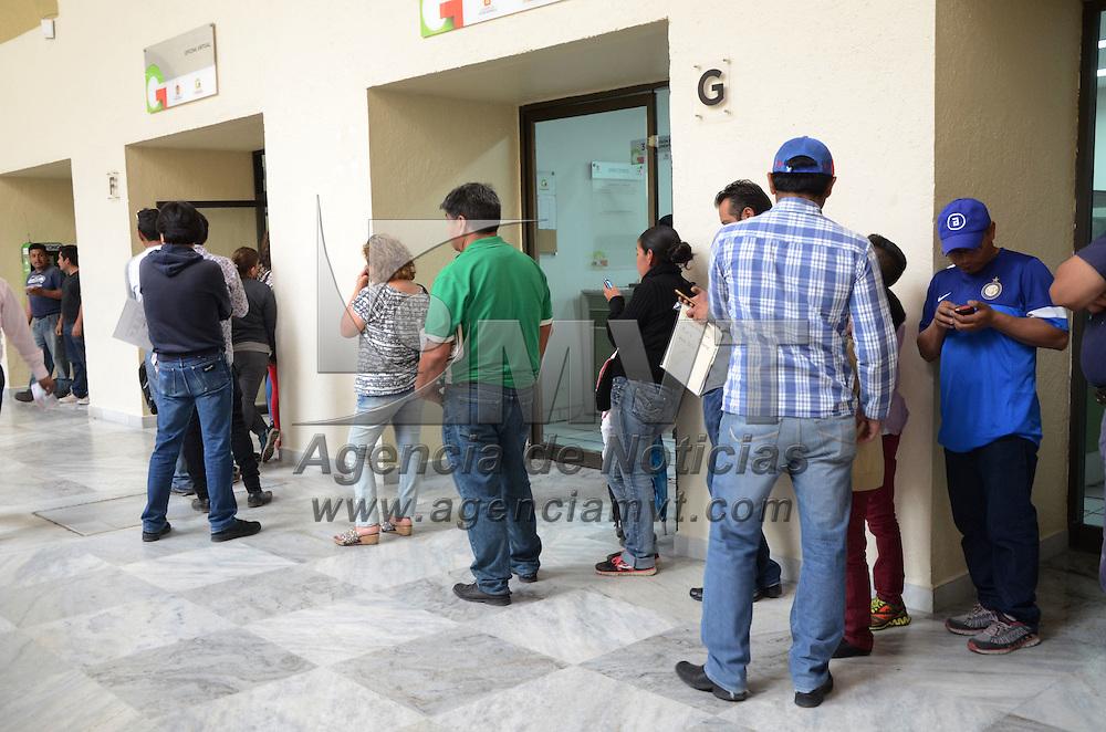 TOLUCA, México.- Mucha gente acudió a las ventanillas de finanzas a realizar su pago de tenencia, a pesar de que se amplió el plazo para pagar hasta el 2 de mayo y obtener el subsidio del 100 % sobre tenencia. Agencia MVT / José Hernández.